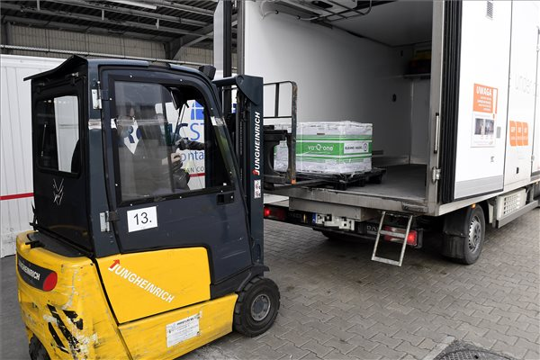 Budapest, 2021. január 12. Az amerikai Moderna cég első magyarországi szállítmányát pakolják ki Hungaropharma gyógyszer-nagykereskedelmi vállalat budapesti telephelyén 2021. január 12-én. A 7200 vakcina 3600 ember oltására elegendő. A szállítmányt egy hűtőkamrában tárolják -25 Celsius-fokon addig, amíg eljut az oltóhelyekre. MTI/Koszticsák Szilárd